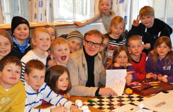 Rektor Petter Moen blant glade barn på SFO