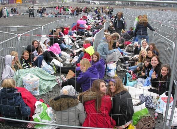Bildet ble tatt kl. 1200 - nesten 8 timer før konserten startet. Du skal være ganske godt motivert for å synes dette er topp!