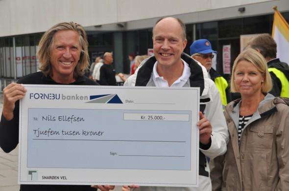 Far; Jon-Egil Ellefsen tok imot prisen på vegne av Nils. På bildet mor til Nils, og Styreleder Paal Alme, som hadde gleden av å dele ut prisen.