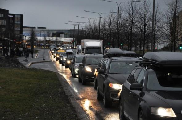 """Nærmest stillestående kø ut fra Fornebu i rushtiden og overfylte busser, er ikke det vi ønsket oss med """"Nye Fornebu!"""