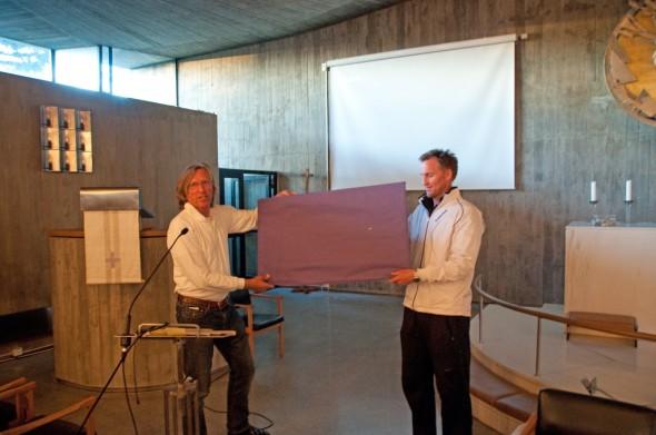 Styreleder Paal Alme, hadde gleden av å overrekke sjekken til Caspers far; Christian Ruud.