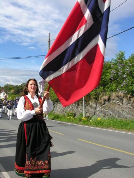 Med flagget i front, skal vi i år feire Grunnlovsjubileet. 17. mai-toget er i år utvidet med Storøya skole - som ønskes hjertelig velkommen til å toge med oss lokale beboere.