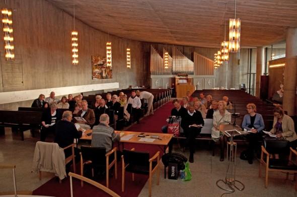 Årsmøtedeltakerne pent plassert på benkeradene i kirken