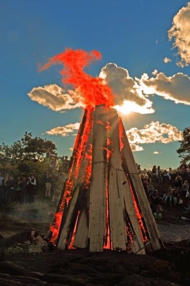 Med solen bak et tynt skydekke, ble det et flott skue, når bålet virkelig tok fyr.