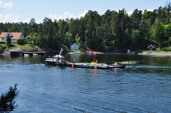 Staker er nå satt ned i Snarøysundet og langt inn i Vestfjorden, for å angi leden for det store slepet fredag morgen.
