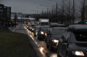 Bilene står i stampe for å komme ut fra Fornebu, til stor frustrasjon for mange!