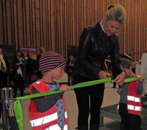 Bærum kommunes kultursjef; Berit Inger Øen, fikk god hjelp fra barna i Fornebulandet barnehage, til å foreta den offisielle åpningen av biblioteket.