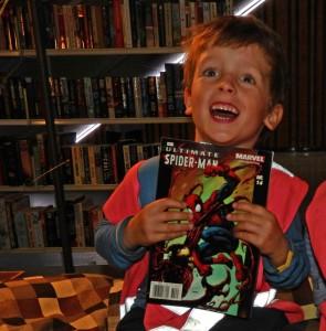 """Stor glede hos en av bibliotekets første gjester. Her fant han """"akkurat det han hadde ønsket seg""""!"""
