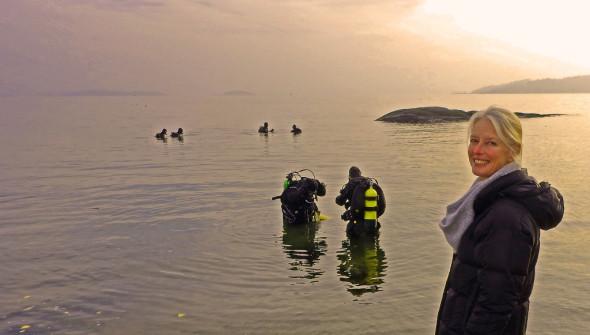 Annica Seuleda fra vellet overvåker dykkingen fra en søndagsstille badestrand
